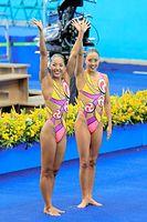 デュエット決勝の演技後、観客席に手を振る乾友紀子(右)と三井梨紗子=樫山晃生撮影