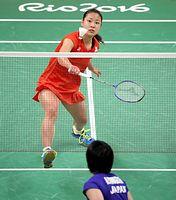女子シングルス準々決勝で山口茜(手前)に勝利し、準決勝に進んだ奥原希望=西畑志朗撮影