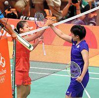 女子シングルス準々決勝で山口茜(右)に勝利し、握手を交わす奥原希望=西畑志朗撮影