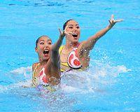 デュエットで銅メダルを獲得した三井梨紗子(左)、乾友紀子組=樫山晃生撮影