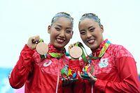 デュエットで銅メダルを獲得した乾友紀子(右)と三井梨紗子=西畑志朗撮影