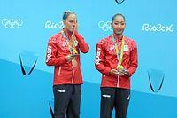 デュエットで銅メダルを獲得して、表彰台で涙をぬぐう乾友紀子(左)と三井梨紗子=西畑志朗撮影
