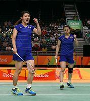 女子ダブルス準決勝で、韓国のペアからポイントを奪い、ガッツポーズをする高橋礼華(左)、松友美佐紀組=林敏行撮影