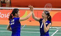 女子ダブルスで決勝進出を決めた高橋礼華(左)、松友美佐紀組=16日、リオ中央体育館、長島一浩撮影
