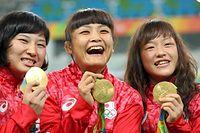 金メダルを手に笑顔を見せる(右から)登坂絵莉、伊調馨、土性沙羅=林敏行撮影