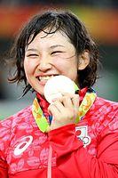 女子69キロ級で優勝して、金メダルを見せる土性沙羅=17日、カリオカアリーナ、林敏行撮影