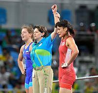 女子58キロ級決勝で勝利し、金メダル獲得を決めた伊調馨(右)=諫山卓弥撮影