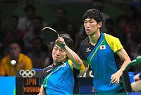 男子団体決勝の第3試合でショットを放つ丹羽孝希(左)。右は吉村真晴=竹花徹朗撮影