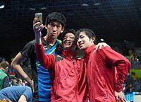 男子団体で銀メダルを獲得し、スマートフォンで記念撮影する(左から)吉村真晴、水谷隼、丹羽孝希=竹花徹朗撮影