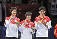 男子団体の表彰式で銀メダルを掲げる(左から)水谷隼、丹羽孝希、吉村真晴=西畑志朗撮影