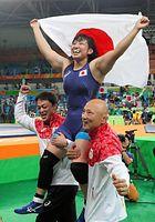女子69キロ級で金メダルを獲得して日の丸を広げる土性沙羅=林敏行撮影