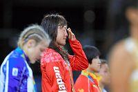 女子48キロ級の表彰式で、涙をぬぐう登坂絵莉(左2人目)=長島一浩撮影