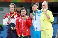 女子69キロ級の表彰式で金メダルを掲げる土性沙羅(左から2人目)=林敏行撮影