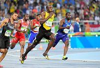 男子200メートル準決勝で、決勝進出を決めたウサイン・ボルト(右から2人目)=諫山卓弥撮影