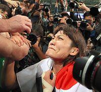 女子58キロ級で金メダルを獲得した伊調馨は、客席から亡き母トシさんの遺影を受け取ると胸に抱きしめた=林敏行撮影