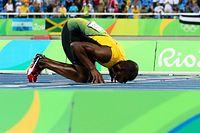 男子200メートルで3連覇を達成し、フィニッシュラインにキスするウサイン・ボルト=西畑志朗撮影