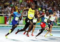 男子200メートルで優勝し3連覇を達成したウサイン・ボルト(左から2人目)=西畑志朗撮影