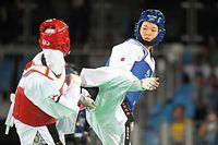 女子57キロ級準々決勝で、攻める浜田真由=竹花徹朗撮影