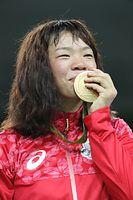 女子63キロ級の表彰式で金メダルにキスをする川井梨紗子=林敏行撮影