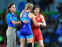 女子53キロ級決勝で、マルーリスに敗れ4連覇を逃した吉田沙保里(右)=長島一浩撮影