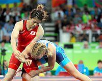 女子53キロ級決勝で、マルーリス(右)にタックルされる吉田沙保里=林敏行撮影