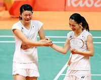 女子ダブルスで優勝し、握手する高橋礼華(左)と松友美佐紀=18日、リオ中央体育館、長島一浩撮影