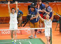 女子ダブルスで優勝し、声援にこたえる高橋礼華(左)と松友美佐紀=樫山晃生撮影