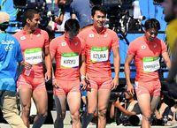 男子400メートルリレー予選をアジア新記録で通過し、笑顔の(左から)ケンブリッジ飛鳥、桐生祥秀、飯塚翔太、山県亮太=諫山卓弥撮影