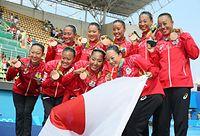 チームで銅メダルを獲得したシンクロの選手たち=西畑志朗撮影