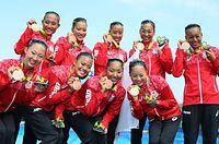 チームで獲得した銅メダルを手に笑顔のシンクロの選手たち=西畑志朗撮影