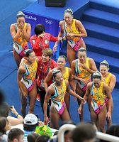 チームで銅メダルを獲得し、井村雅代ヘッドコーチ(中央左)らと喜ぶ日本の選手たち=19日、マリア・レンク水泳センター、竹花徹朗撮影