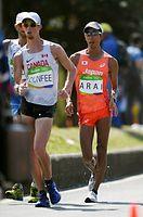 男子50キロ競歩でカナダのダンフィー(左)を追う荒井広宙=諫山卓弥撮影