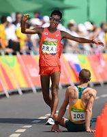 男子50キロ競歩で3番目でゴールする荒井広宙=19日、ポンタル周回コース、諫山卓弥撮影