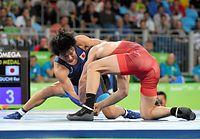 男子フリー57キロ級決勝で銀メダルを獲得した樋口黎(左)=竹花徹朗撮影
