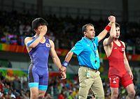 男子フリー57キロ級決勝で敗れた樋口黎(左)=19日、カリオカアリーナ、林敏行撮影
