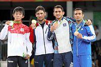 男子フリー57キロ級の表彰式で、銀メダルをみせる樋口黎(左端)=19日、カリオカアリーナ、林敏行撮影