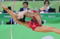 新体操個人総合予選で、リボンの演技をする皆川夏穂=時事