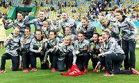 サッカー女子決勝でスウェーデンに勝ち、金メダルを手に喜ぶドイツの選手たち=EPA時事