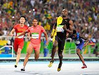 男子400メートルリレー決勝でゴールする第4走者のケンブリッジ飛鳥(左から2人目)。右隣はジャマイカ第4走者のボルト=諫山卓弥撮影
