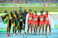 男子400メートルリレーで銀メダルを獲得し、優勝したジャマイカチームと記念撮影する日本の選手たち=林敏行撮影