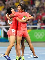 男子400メートルリレー決勝で銀メダル獲得を決めて抱き合う(左から)桐生祥秀、山県亮太、ケンブリッジ飛鳥=諫山卓弥撮影
