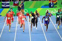 男子400メートルリレー決勝で走る第4走者のケンブリッジ飛鳥(前列左から2人目)。後方は第3走者の桐生祥秀。右隣はジャマイカ第4走者のボルト=長島一浩撮影