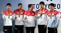 日本代表選手団との交流会で、陸上の男子400メートルリレーで銀メダルを獲得した(左から)桐生祥秀、ケンブリッジ飛鳥、(右から)山県亮太、飯塚翔太と歓談する安倍晋三首相=21日午前、ブラジル・リオデジャ