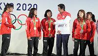 日本代表選手団との交流会で、伊調馨(左端)や吉田沙保里(右から2人目)ら女子レスリングの選手たちと歓談する安倍晋三首相(同3人目)=21日午前、ブラジル・リオデジャネイロ、西畑志朗撮影