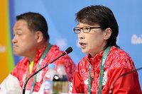 大会を総括する日本選手団の橋本聖子団長。左は山下泰裕副団長=21日、ブラジル・リオデジャネイロ、西畑志朗撮影