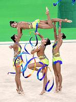 団体決勝、リボンの演技をする日本の選手たち=竹花徹朗撮影