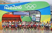 男子マラソンで一斉にスタートする選手たち=長島一浩撮影