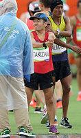 男子マラソンでスタートを待つカンボジア代表の猫ひろし=長島一浩撮影