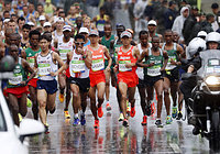 男子マラソンで雨の中、スタートする佐々木悟(中央左)、石川末広(同右)ら=代表撮影