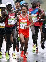 男子マラソンで、6キロ過ぎを走る石川末広(中央)=21日、ブラジル・リオデジャネイロ、代表撮影